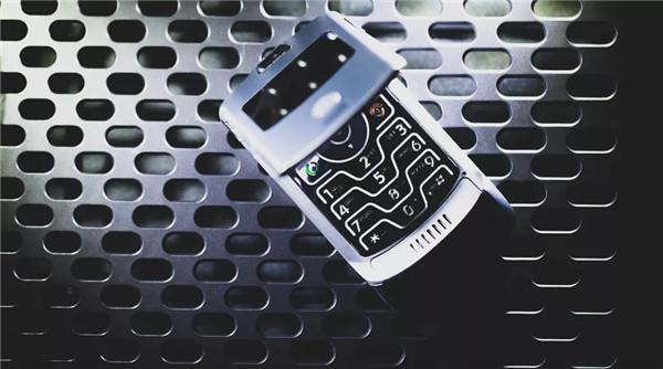 2004年——摩托罗拉Razr V3手机