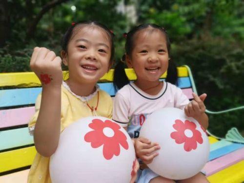 小孩们在玩耍中度可信度描述已自动生成